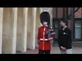 Солдат Королевской гвардии лучше не злить.mp4