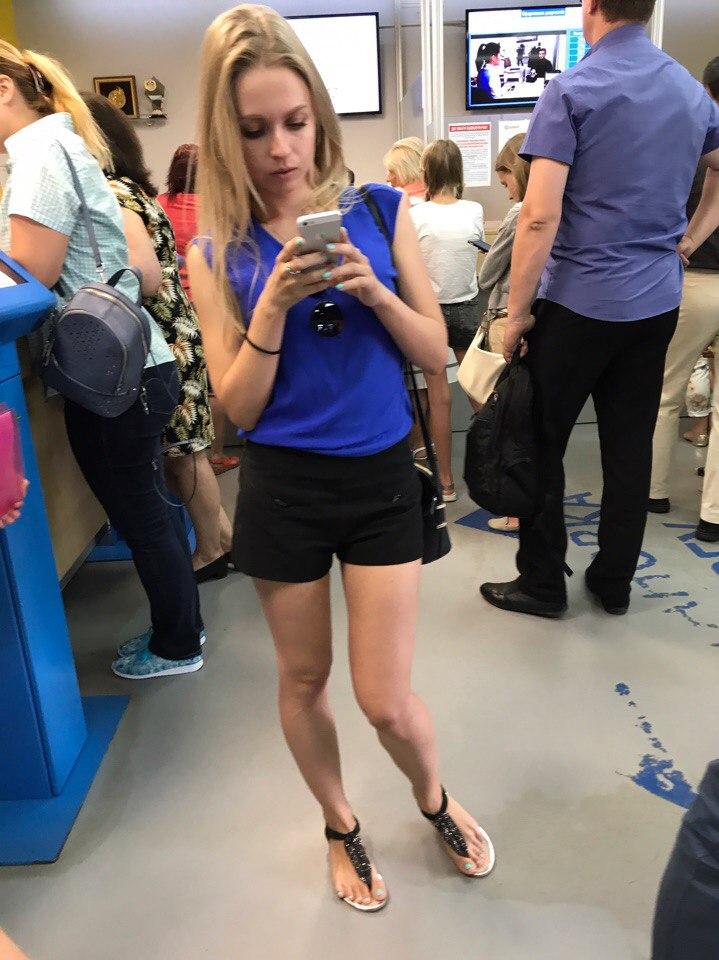 Чувак в синих шортах