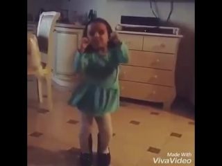 Девочка, танцует под песню Вите надо выйти))