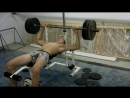 Атлет идет на рекорд в жиме лежа в плавках 120 кг