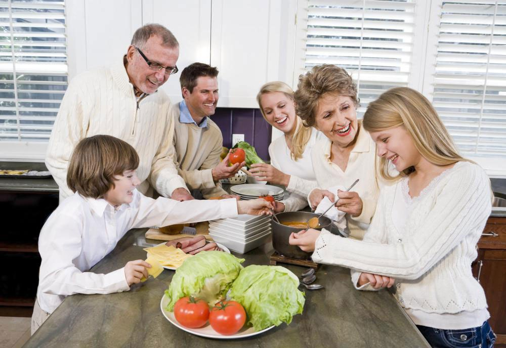 Семейная системная терапия может рекомендовать мероприятия, которые укрепляют связь между всеми членами семьи.