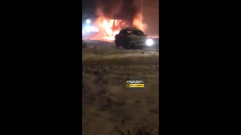 На Северо-Чемском горит автобус