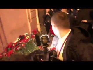 Путин возложил цветы у станции метро в Санкт Петербурге в память. (03.04.2017)