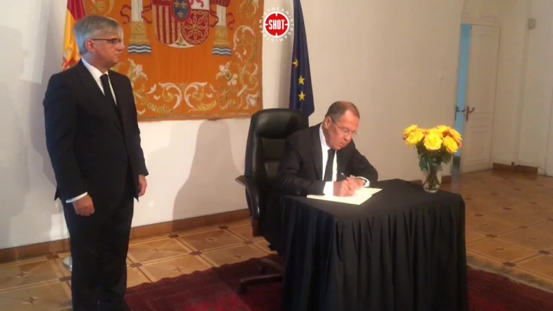 Лавров принес цветы к Испанскому посольству