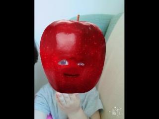 Elmayı yemek istiyor yiyemiyor 😂bende good appetite demek istiyorum diyemiyorum 😂😂😂