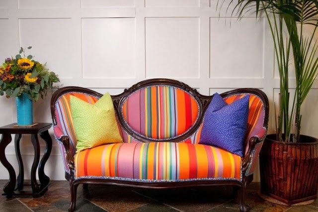 Яркий диван с подушками