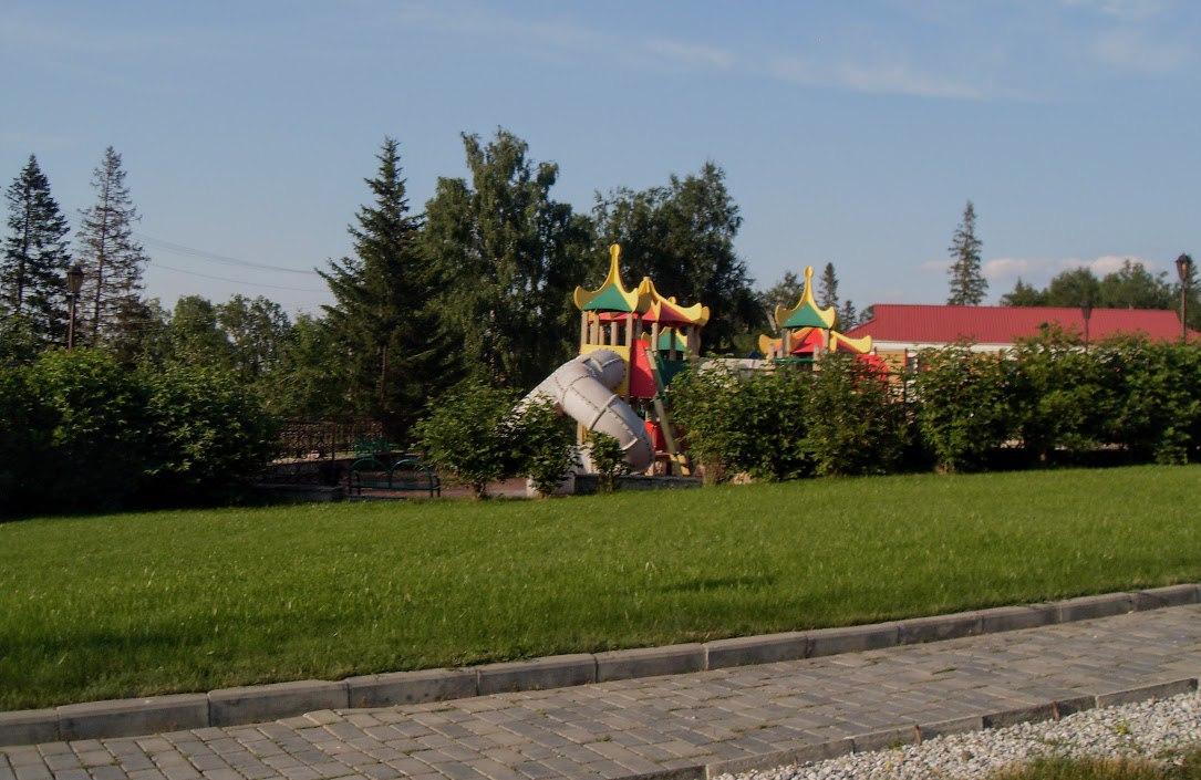 Поселок Зюраткуль. Обустроенная детская площадка в экопарке Зюраткуль