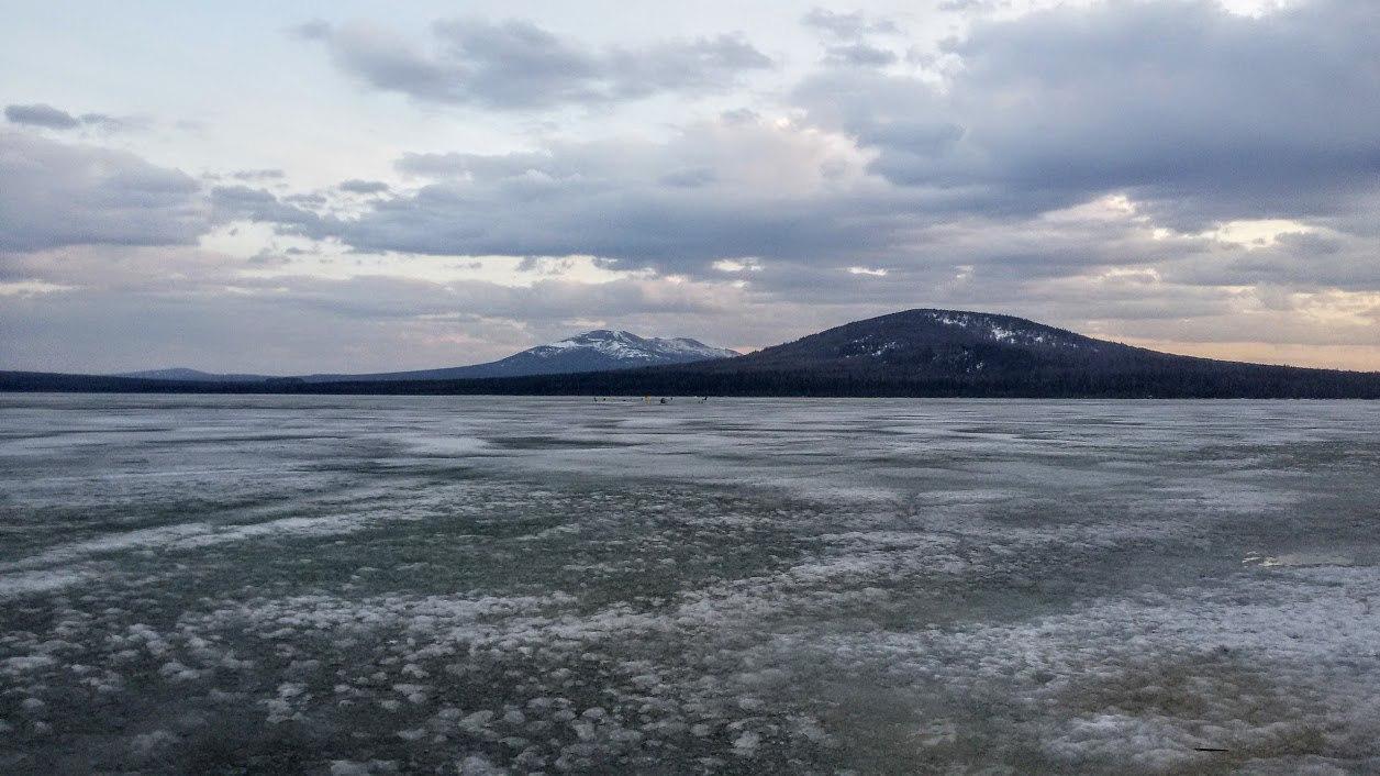 Поселок Зюраткуль. Озеро Зюраткуль в конце апреля. На озере еще полно рыбаков - любителей зимней рыбалки