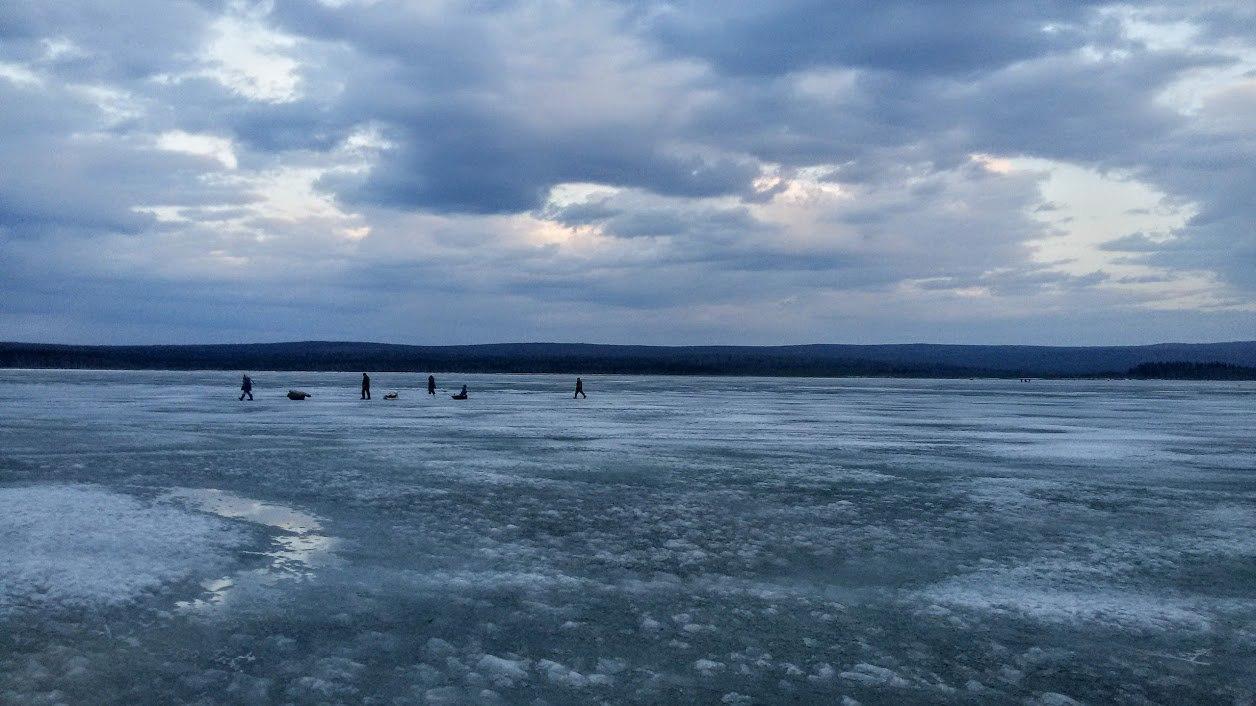 Поселок Зюраткуль. Рыбаки на Зюраткуле. Зимняя рыбалка в апреле