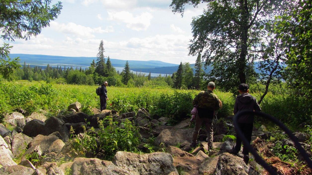 Экотропа Зюраткуль. Граница субальпийских лугов с курумниками. Фото на спуске с вершины Зюраткуль по экотропе