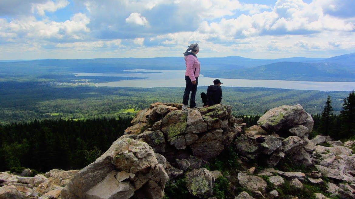 Экотропа Зюраткуль. Вершина Зюраткуля. Скальные останцы на вершине, почему-то называются Медведем. Видимо, похожи