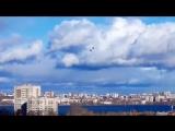 Над городом летают самолеты.