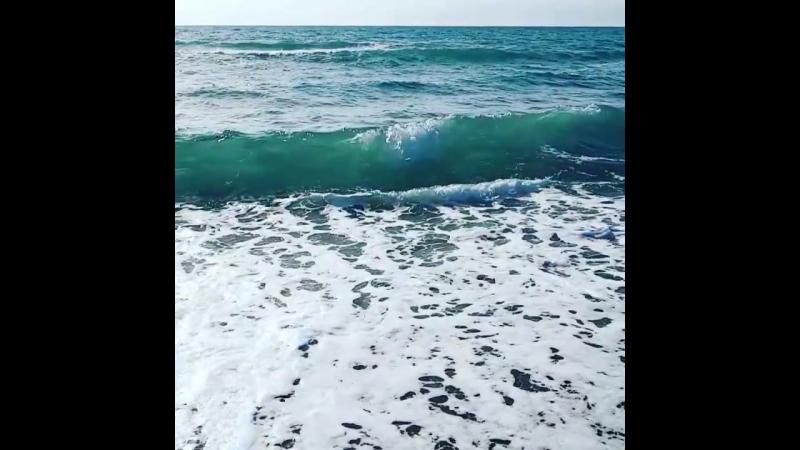 Непокорная голубая волна Все бежит, все бежит, не кончается.