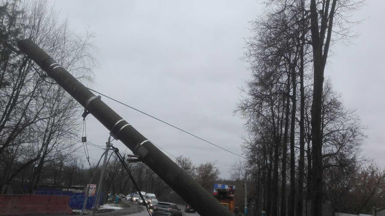 ВБрянске ВАЗ влетел встолб, обесточив троллейбусную линию поулице Калинина