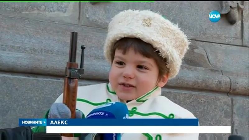 В ЧЕСТ НА АПОСТОЛА - Деца на почетен караул пред паметника на Левски - vbox7.com