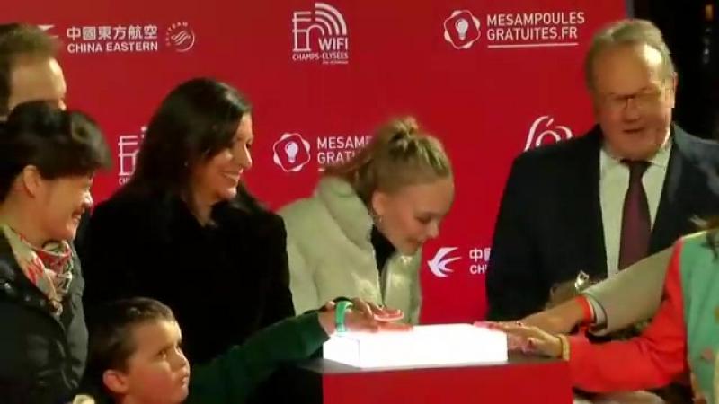 Lily Rose Depp Illumine Les Champs Elysées dans la Plus Belle Ville du Monde 22 11