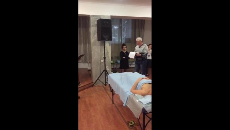 Расслабляющий массаж лица, предшествующий стоунтерапии