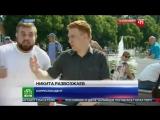 Десантник бьет корреспондента НТВ в прямом эфире. День ВДВ. Парк Горького Москва.