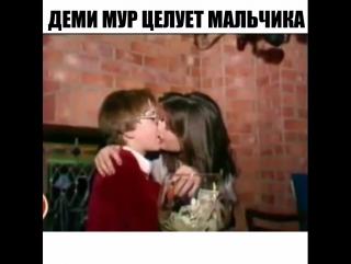 Деми Мур целует мальчика