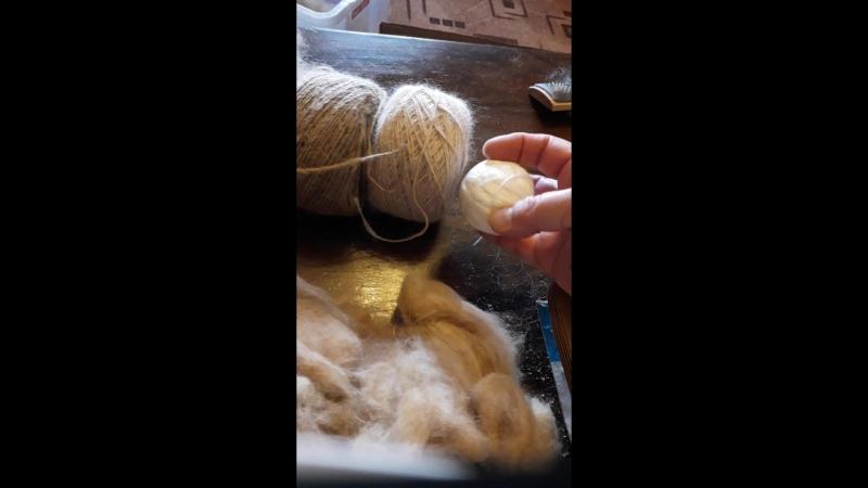Расчесываю и смешиваю шерсть собак породы  Йоркширский терьер (стриженая) и шерсть Шпица (чесаная).