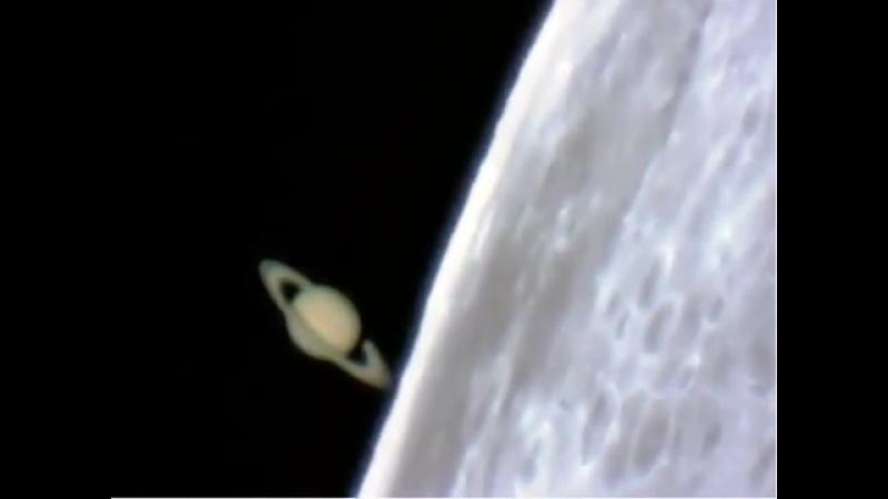 Сатурн выглядывает из-за Луны 📸 ©️ Jan Koet (80 световых минут таймлапс)