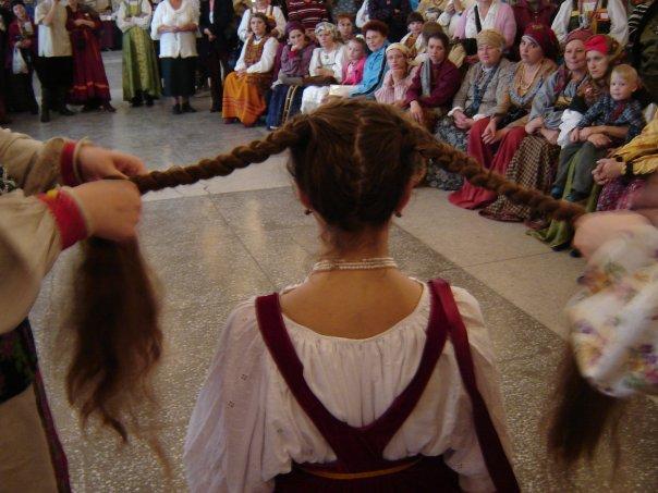 показывают обряд заплетения кос на свадьбе.