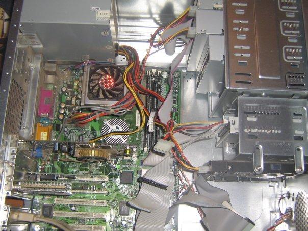это мой комп... как вы видите, третий дисковод не подключен. подскажите, как его подключить?