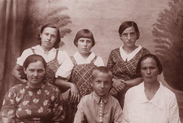 В первом ряду справа налево: Грузина (Заблодская Анна Андреевна), Гречуха Иван Петрович, Гречуха Марина Андреевна. Во втором ряду справа налево: Биленко Раиса Григорьевна, Субботина Лидия Григорьевна, Жданова (Гречуха) Анна Григорьевна.