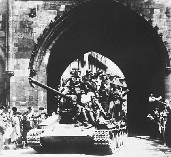Дедушкина танковая колонна входит в Прагу (1945г.)
