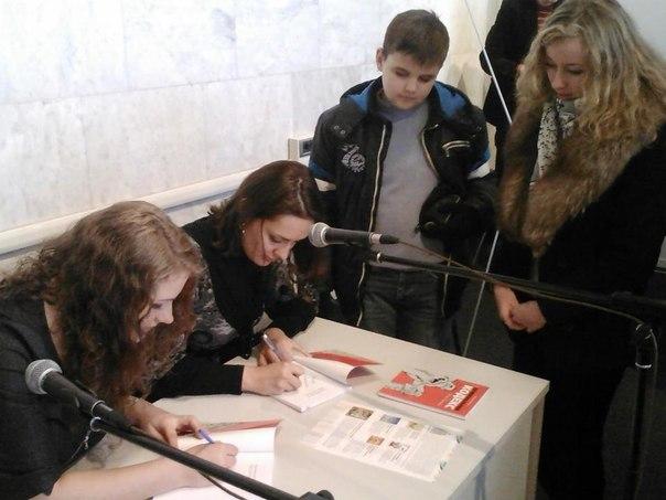 На фото — автограф-сесія авторів підручника після презентації видання на книжковому фестивалі