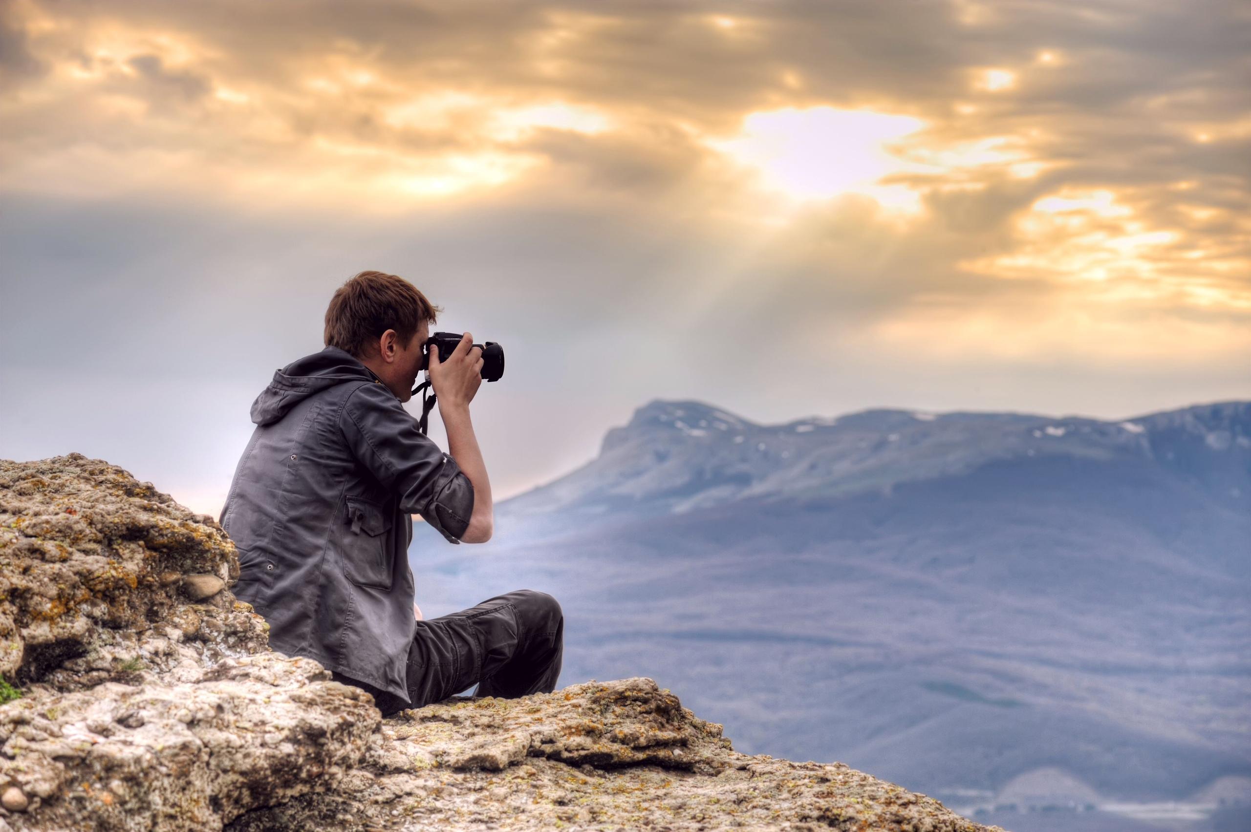 Фото человека смотрящего в даль