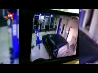 Благовещенский водитель по ошибке сбил механика и протаранил автосервис