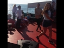 Вот какие у нас бывают весёлые прогулки на корабле по морю.  Супер красиво, мощно, жгуче.  Группа детей после конкурса с кубком