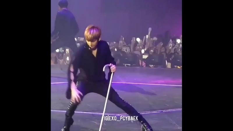 показывает `знак exo-l` и танцует трахо-танец