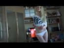 Видео - Молоденькая Блондинка, в беленьких трусиках танцует стриптиз на вебку [720p]
