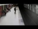 В Милане студент прыгнул на пути в метро, чтобы спасти ребенка (VHS Video)