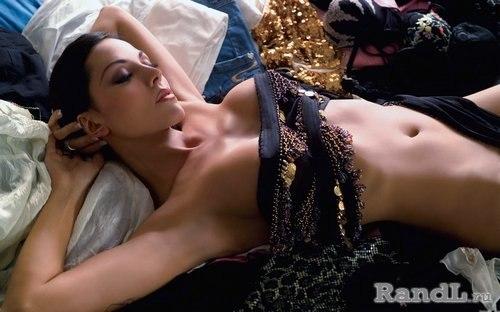 Schne blonde Babe schlug im abgerundeten Bett