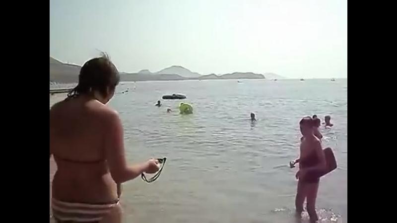 На пляже возле гостиницы Санторини 14 08 2013 Коктебель