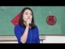 Студентка китайского отделения Хаха и японского отделения Чана с вьетнамской песней.