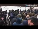 На мэра Одессы напали под судом в Киеве и ударили флагом