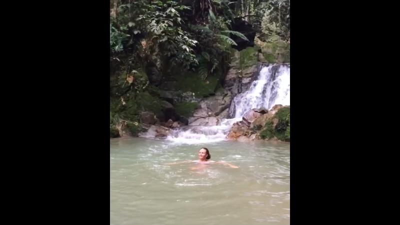 Джунгли... водопад... людей нет... в воде может обитать кто угодно 🐊🐍 было страшно, но незабываемо))😊👍🏼