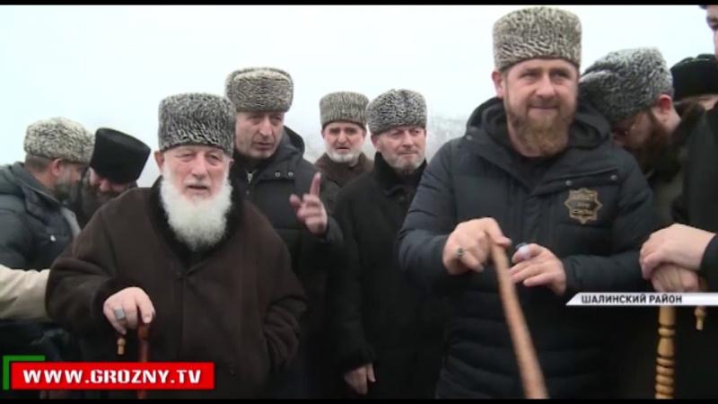 Рамзан Кадыров посетил кладбище последователей устаза Кунта Хаджи Кишиева в Шали