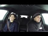 Джемма Артертон и швейцарский ралли-водитель Фредрик Ахлин проверяют новый Audi RS 4