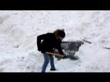 Подснежник на колёсах: автолюбитель выкапывает свою машину из сугроба
