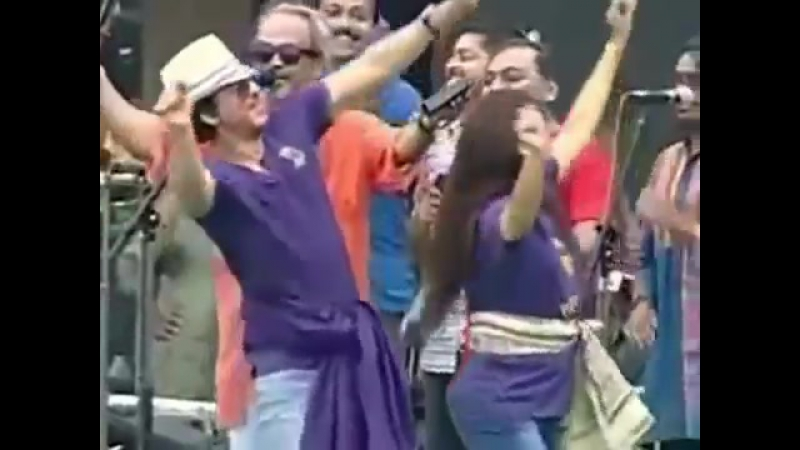 Shah Rukh Khan and Juhi Chawla dance along with KKR players at Eden in FREECULTR Victory T-Shirts