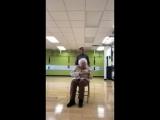 93-летняя старушка занимается фитнесом