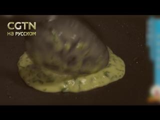 Если взять яйца и душистый лук, то можно очень быстро приготовить вкусные лепёшки. Для этого вам понадобятся: душистый лук, яйца