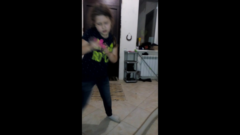 танцует молодежь