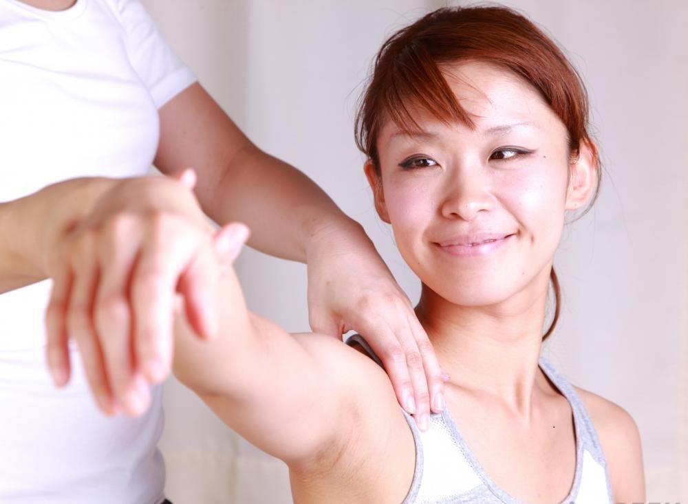 Нежный массаж может помочь уменьшить мышечные спазмы в руках.