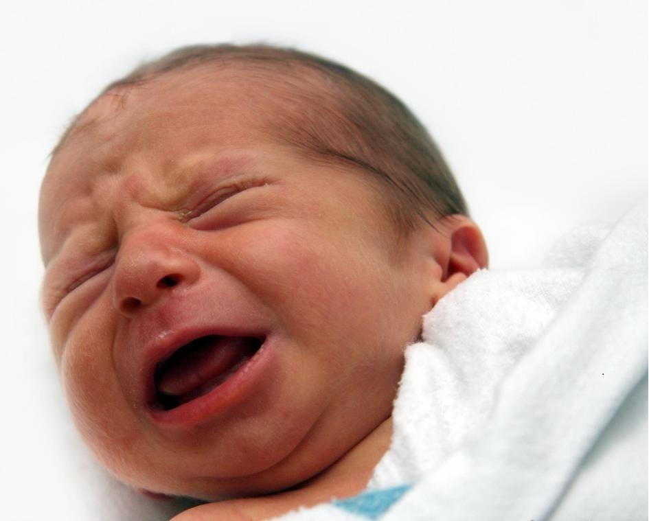 Младенцы с коликой могут страдать от мышечных спазмов в желудках.